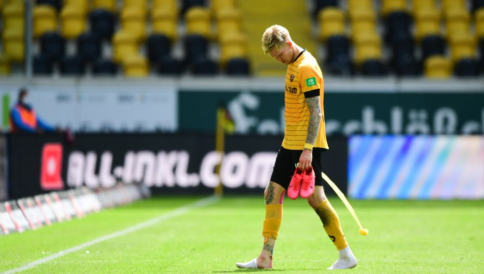 Patzer gegen Stuttgart: Dresdens Simon Makienok verlässt enttäuscht das Spielfeld