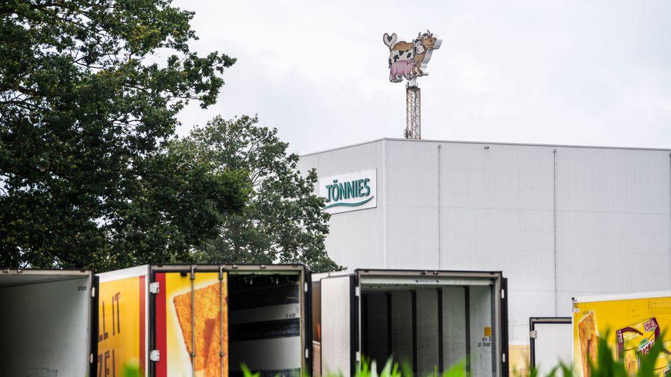 Leere LKW-Anhänger stehen mit offenen Türen auf dem Betriebsgelände der Firma Tönnies in Rheda-Wiedenbrück