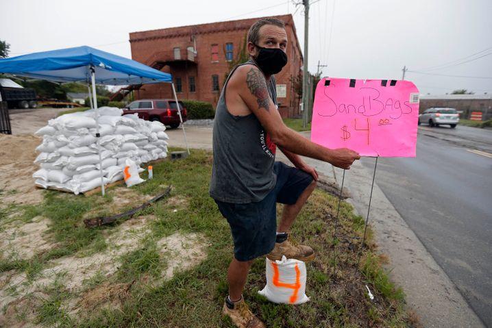 Ein Anwohner in Wilmington, North Carolina, verkauft an der Straße Sandsäcke für vier US-Dollar pro Stück