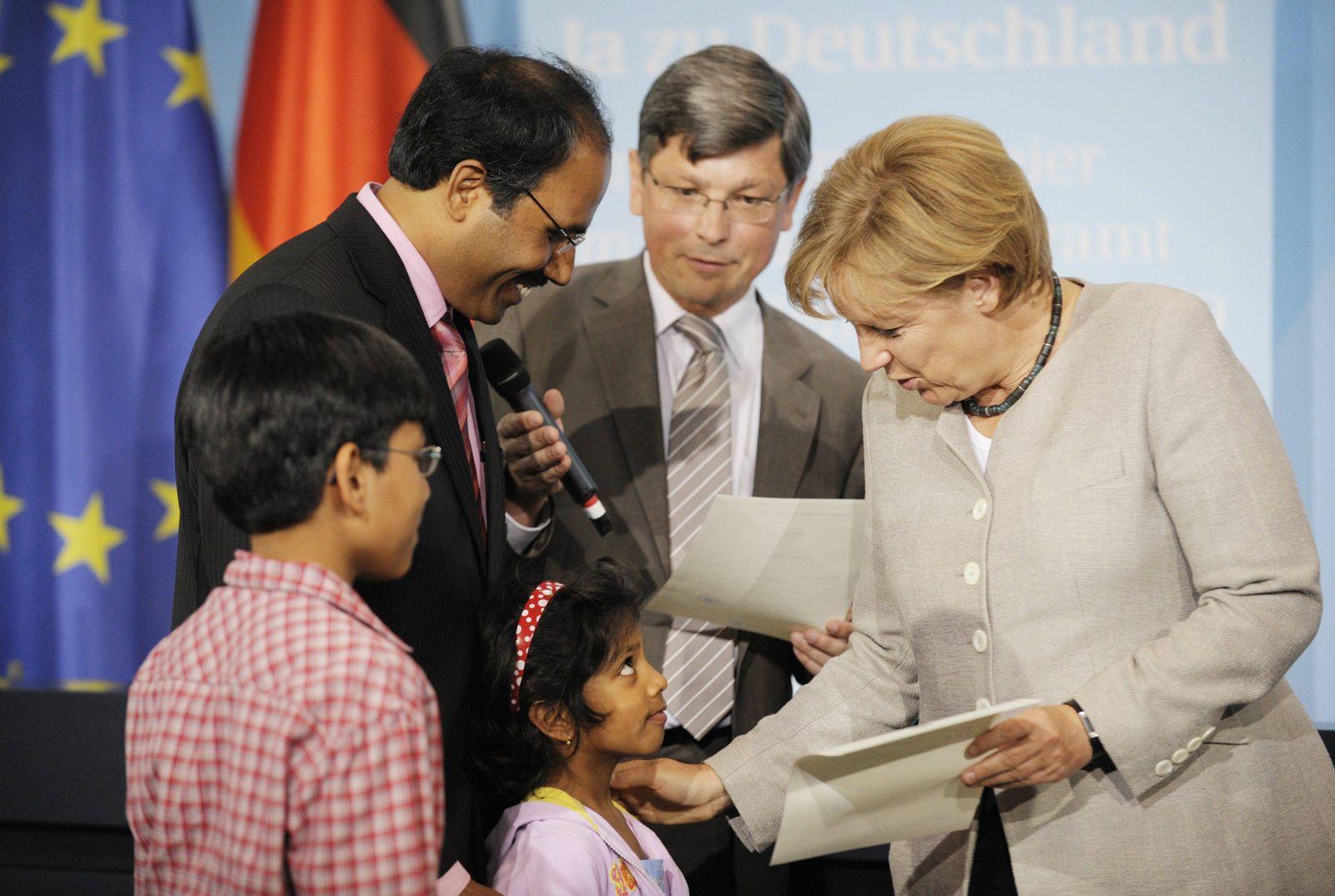 NICHT VERWENDEN Merkel / Einbürgerung / Urkunde