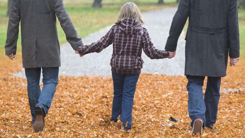 Schwules Paar mit Tochter: Verfassungsgericht drängt auf steuerliche Gleichstellung