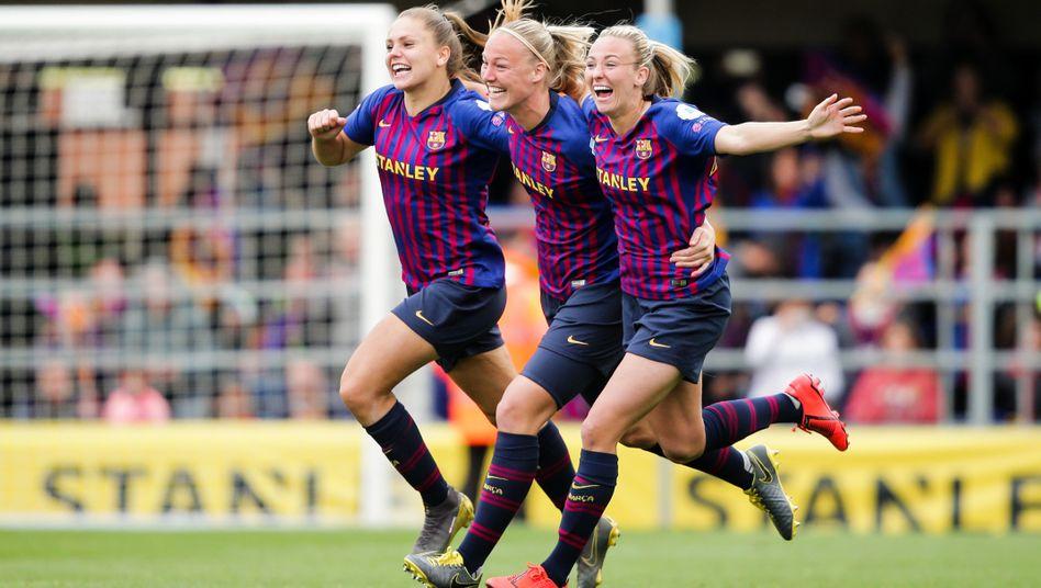 Lieke Martens vom FC Barcelona mit Stephanie van der Gragt und Toni Duggan