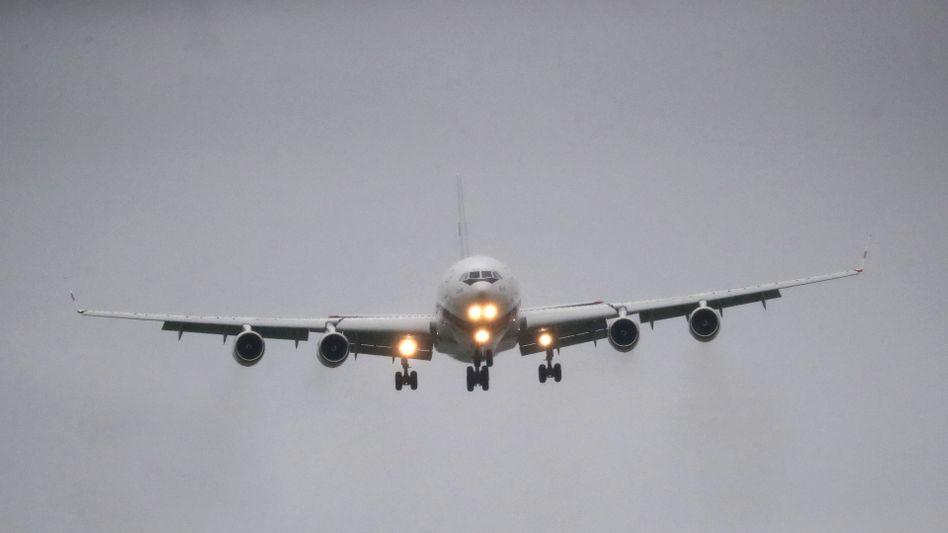 Flugzeug im Landeanflug auf den Moskauer Flughafen