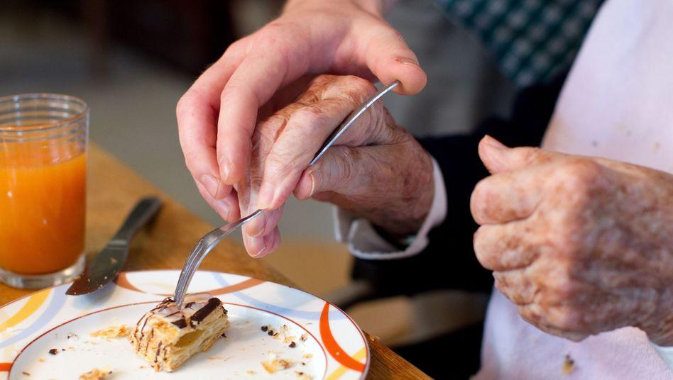 Pflege heißt meist auch: Den Kranken unterstützen bei ganz alltäglichen Dingen