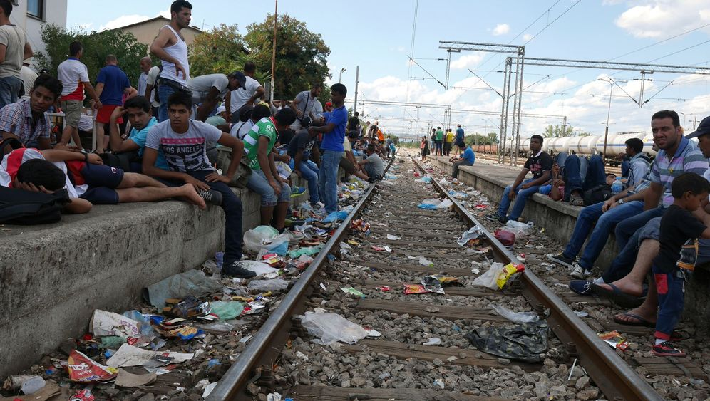 Photo Gallery: Chaos at Macedonia's Refugee Bottleneck