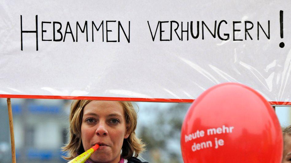 """Protestierende Hebamme in München: """"7,50 Euro in der Stunde"""""""