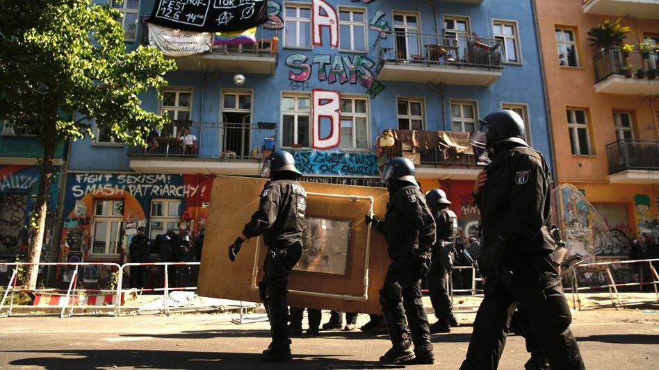 »Rigaer 94« in Berlin: Polizisten vor dem teilbesetzten Gebäude in Friedrichshain