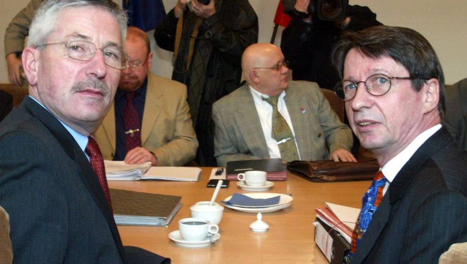 """Berliner Senatoren Sarrazin und Körting (Archivbild von 2003): """"Es wird Anzeigen geben"""""""