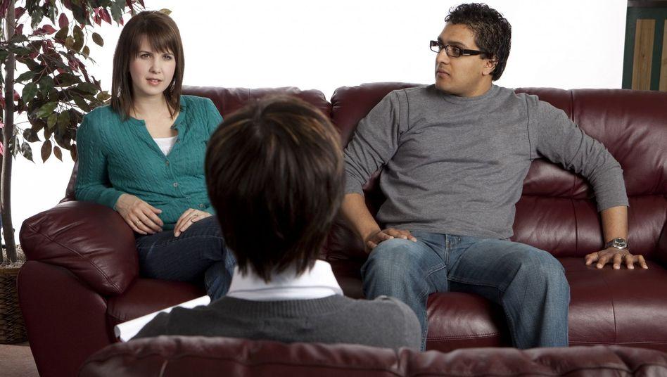 Paar bei der psychologischen Beratung: Durch ein Baby nimmt die Aufmerksamkeit der Partner füreinander ab