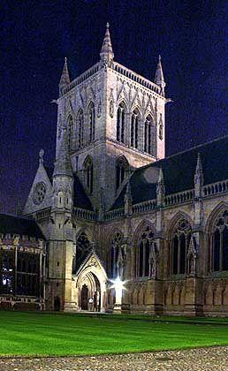 Der Turm von St. John's College vor dem Nachthimmel