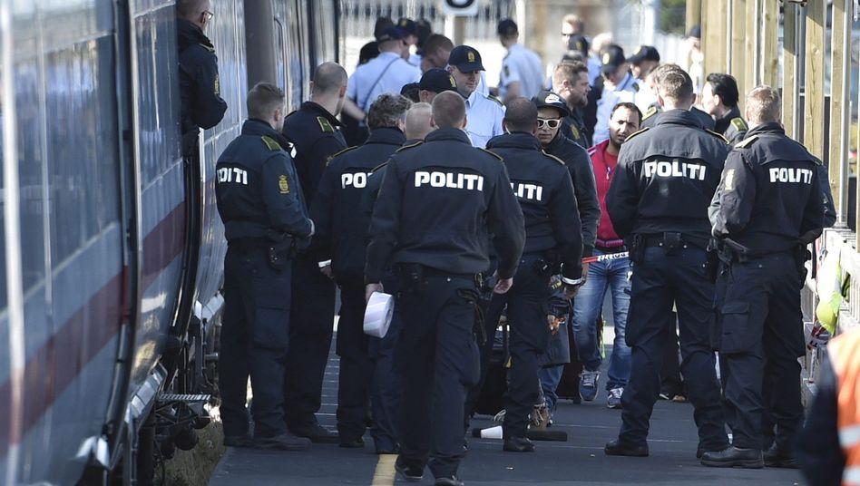 Polizisten und Flüchtlinge am Zug in Rødby: Vorerst keine Verbindungen mehr