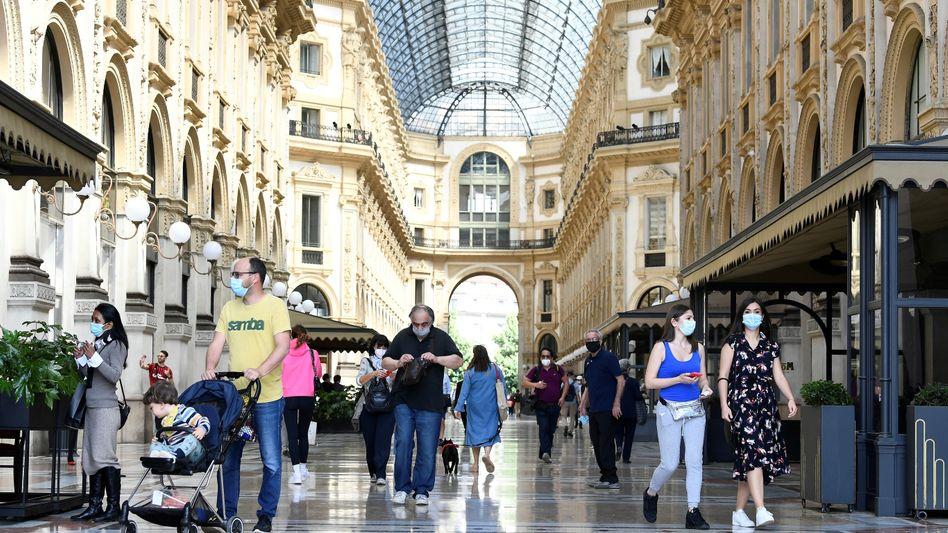 Menschen in Einkaufspassage in Mailand nach dem Lockdown