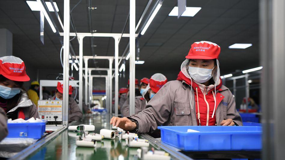 Fließbandarbeiter in China (Archivbild)