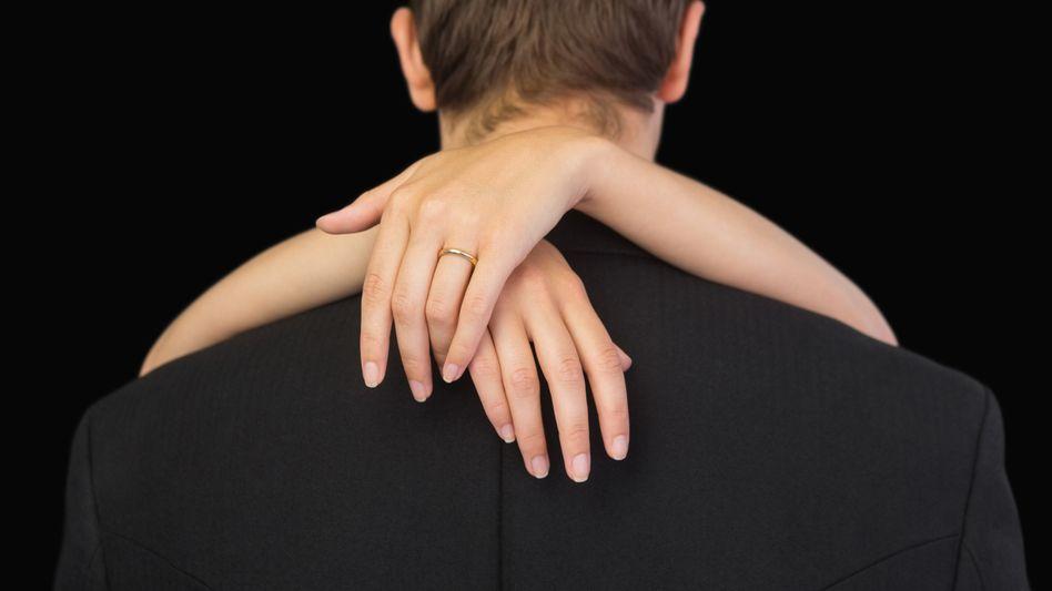 Paar: Immer mehr Menschen heiraten Partner mit gleichem Bildungshintergrund oder ähnlichem Verdienst