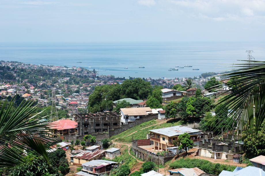 Freetown, die Hauptstadt von Sierra Leone: Die Arbeitslosigkeit im Land ist hoch, das Bildungsniveau niedrig. Ein großer Teil der Bevölkerung muss sich als Kleinsthändler durchschlagen.