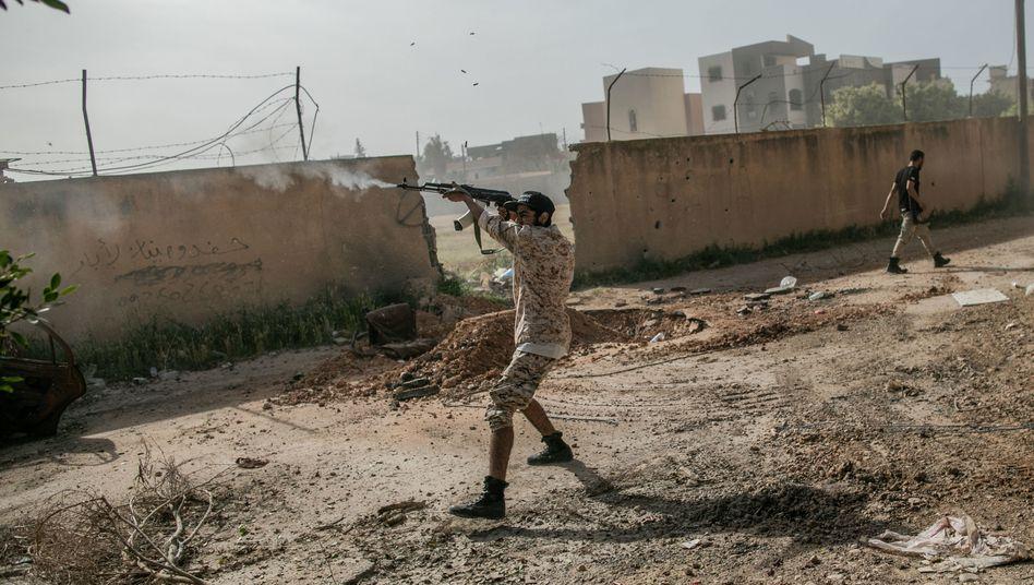 Ein Kämpfer der international anerkannten Regierung beim Zusammenstößen mit den Truppen des Generals Haftar