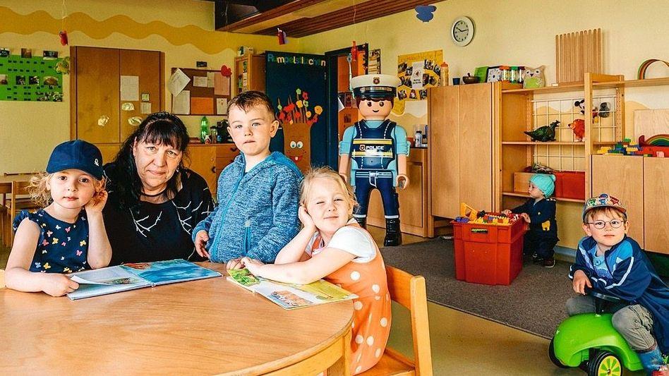 Leiterin Haberland mit Kitakindern
