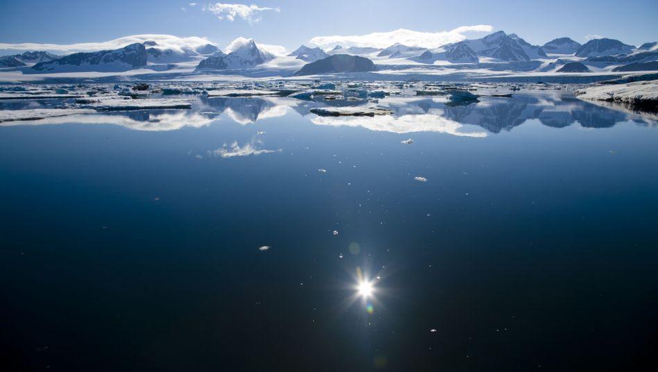 Bucht in Spitzbergen: Schrumpfende Eisflächen reflektieren weniger Sonnenlicht