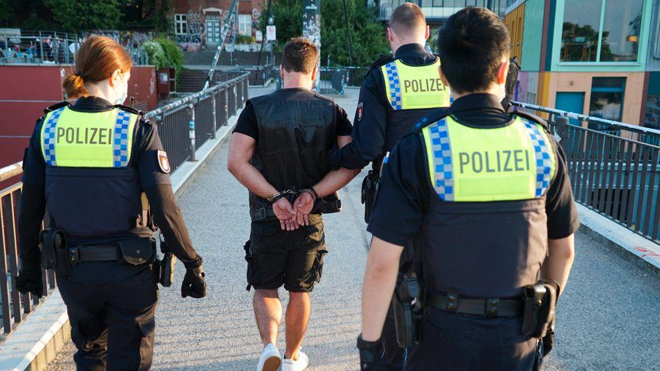 Ingewahrsamnahme eines Maskenverweigerers am 4. Juli in Hamburg