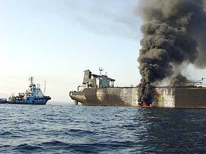 Flammen schlagen aus dem Loch, große Mengen Rohöl fließen ins Meer