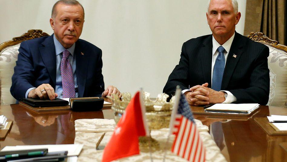 Recep Tayyip Erdogan und Mike Pence: Die Türkei will den Kurdenmilizen 120 Stunden zum Abzug geben