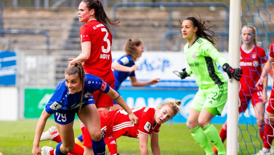 Spielerinnen von Turbine Potsdam und des FC Bayern München