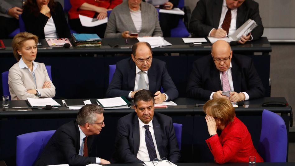 Gabriel (Mitte) auf der Regierungsbank nach dem Scheitern von Jamaika - rechts Kanzlerin Merkel.