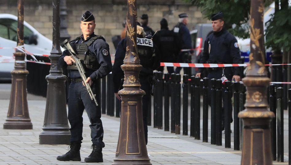 Polizisten sichern am Donnerstag die Polizeipräfektur: