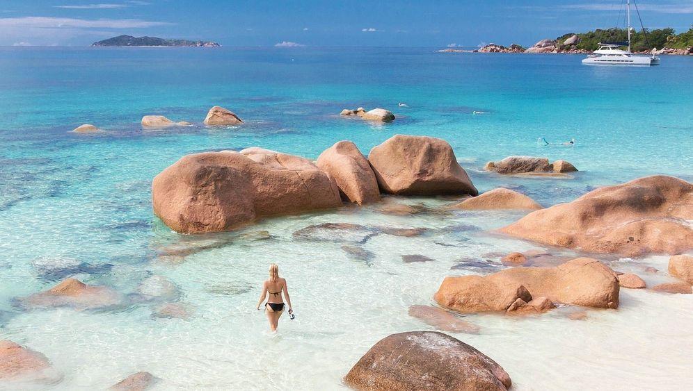 Badende auf einer Seychellen-Insel: Fernweh bereits frühmorgens
