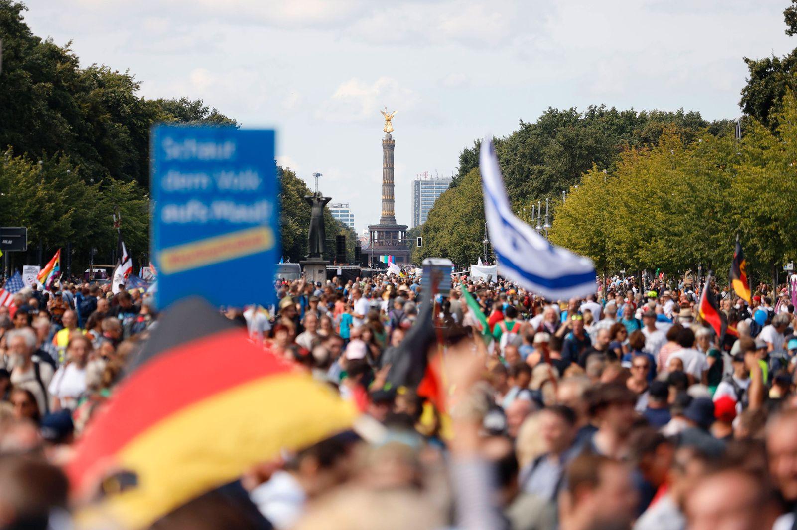 Demonstranten verschiedener Gruppierungen wie etwa der Initiative Querdenken 711 protestierten mit einer Großdemonstrat