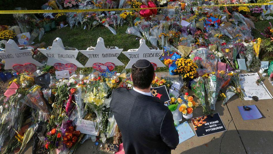 Gebete und Trauer nach den antisemitischen Angriffen auf eine Synagoge in Pittsburgh, Pennsylvania im Oktober 2018 mit zahlreichen Toten