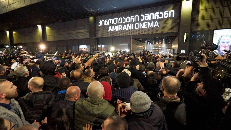 """Demonstranten protestieren gegen die Aufführung von """"And Then We Danced"""" am Freitagabend in der georgischen Hauptstadt Tiflis."""