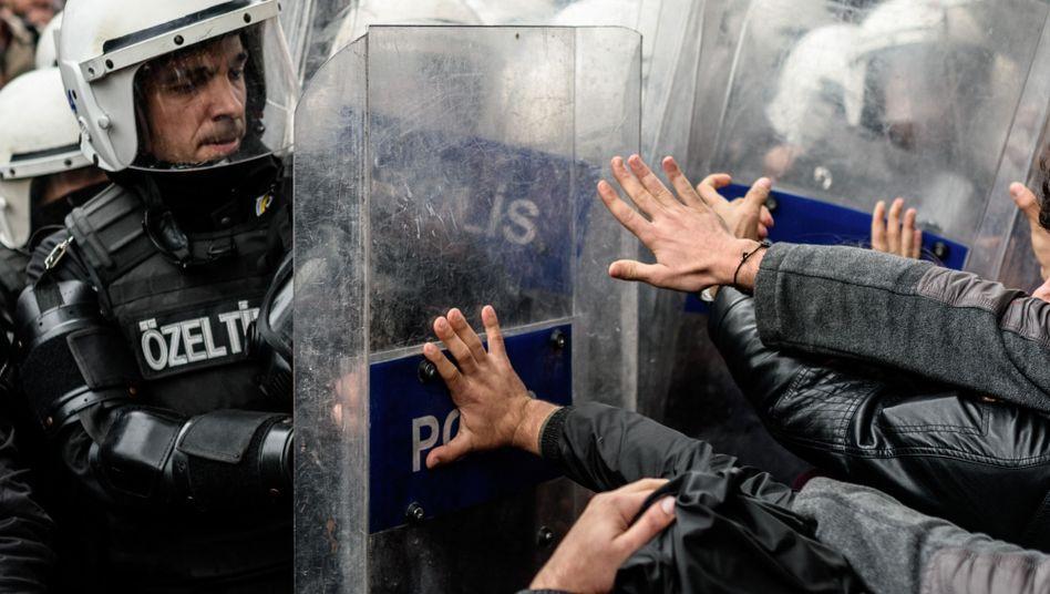 """Proteste in Istanbul: Polizeiliche Ermittlungsverfahren laut EU-Kommission """"besorgniserregend"""""""