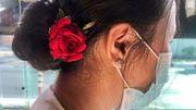 Anhängerinnen von Aung San Suu Kyi protestieren mit Blumen