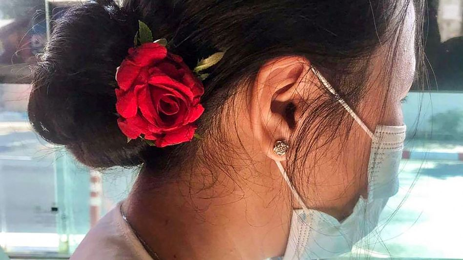 Blumengeschmückte Frau in Myanmar: Diskreter Protest