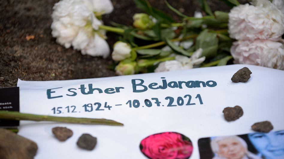 Hamburg: Blumen, Kerzen und Botschaften für gestorbene Esther Bejarano