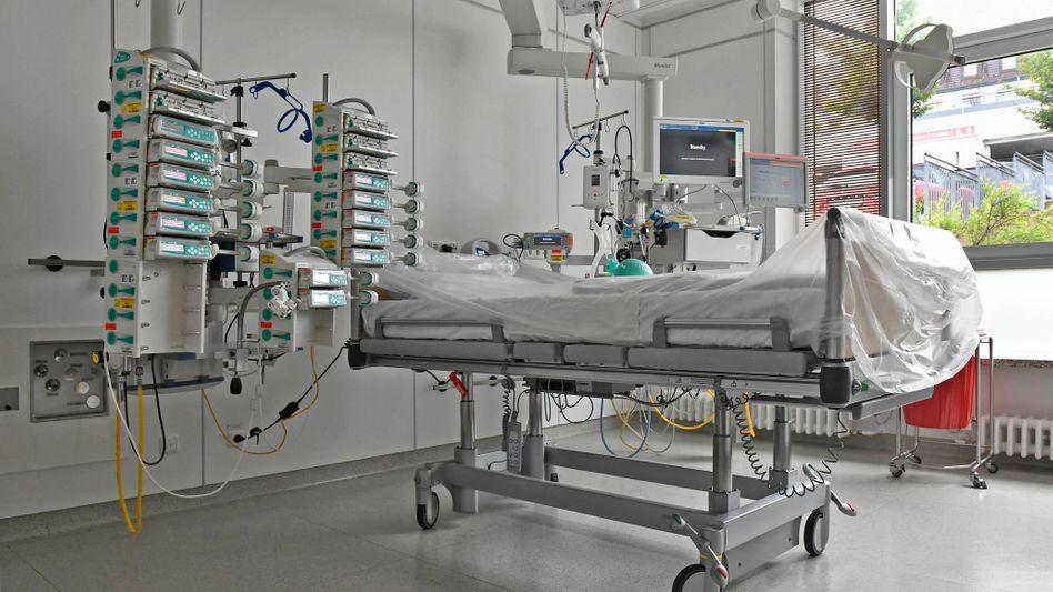 Stationszimmer mit Beatmungsgerät für schwersterkrankte Covid-19-Patienten im Universitätsklinikum Essen