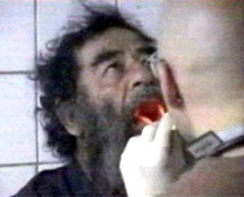 """Saddam bei seiner Festnahme: """"Wo soll hier ein Pfeil sein?"""""""