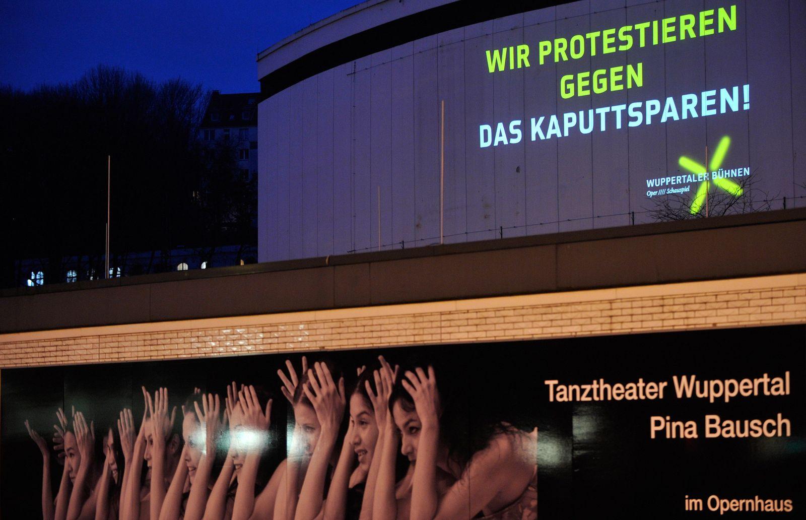 NICHT VERWENDEN Wuppertal protestiert gegen Sparplaene im Kulturbereich