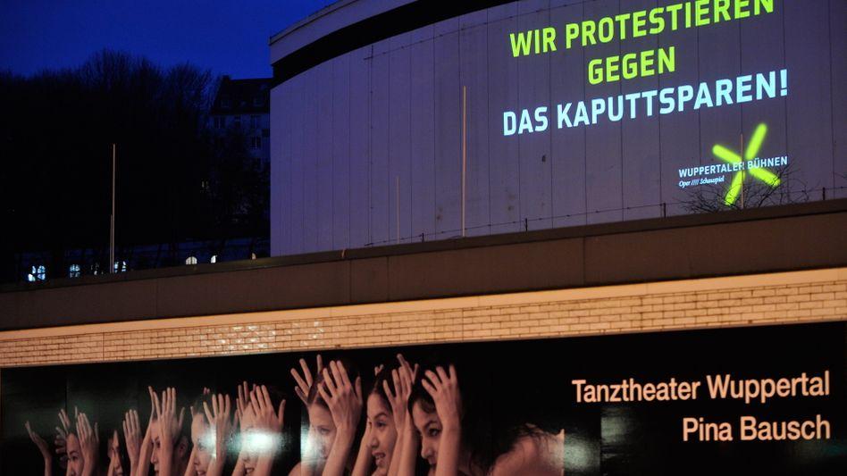 Protest an der Fassade des Wuppertaler Schauspielhauses: Die fetten Jahre sind vorbei
