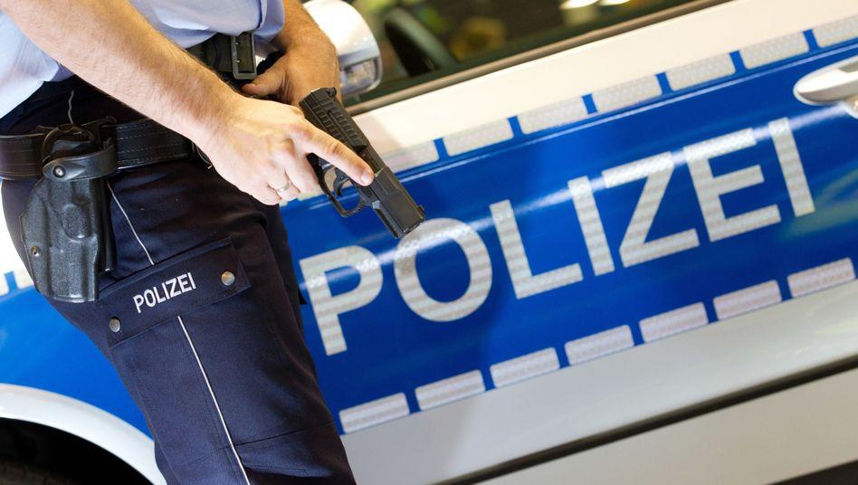 Polizist zückt Dienstpistole