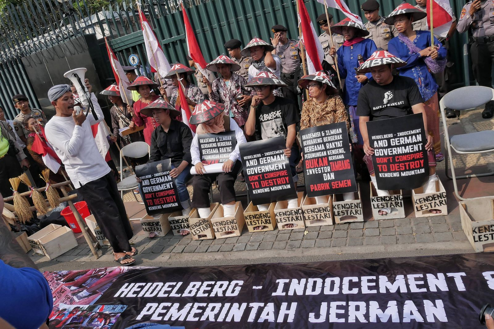 Bilder des Tages May 9 2018 Jakarta Indonesia Demonstrators cement their foot as protest to Ge