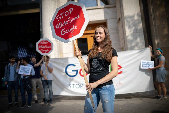 Aktivisten demonstrieren am Montag vor dem Google-Standort in Berlin