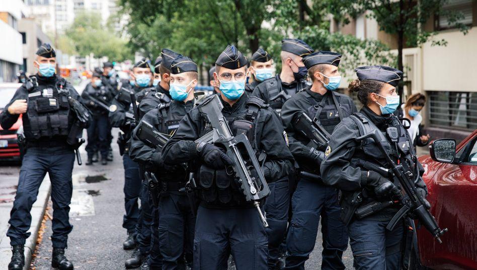 Polizisten mit Mundschutz und Maschinenpistole nach dem Terrorangriff in Paris