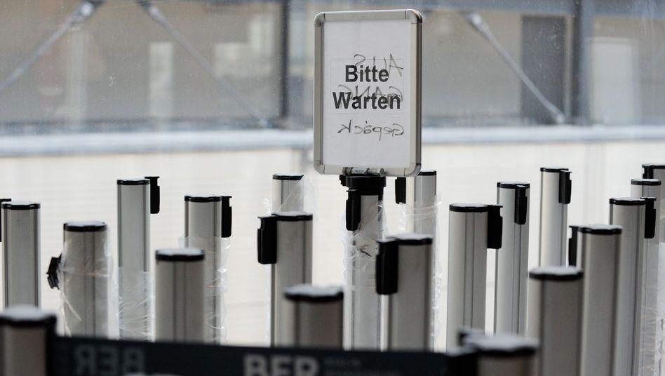 Schild auf Baustelle des Berliner Flughafens (September): Eröffnungstermin ungewiss