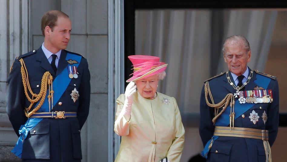 Prinz William, Queen Elizabeth II., Prinz Philip auf dem Balkon des Buckingham-Palastes (2015)