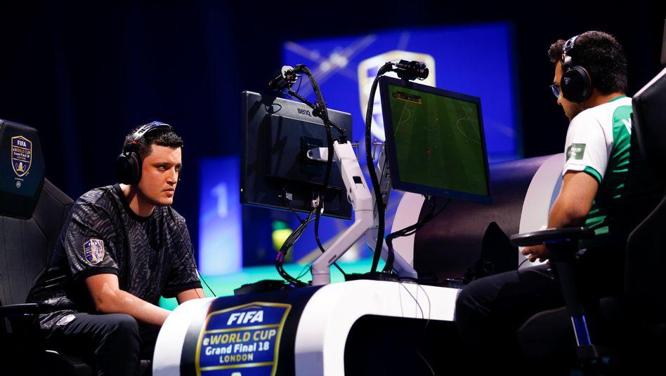 """Kurt """"Kurto411"""" Fenech (links) im Duell mit dem ehemaligen Weltmeister Mosaad """"MSDossary"""" Aldossary beim Fifa eWorld Cup 2018 in London"""