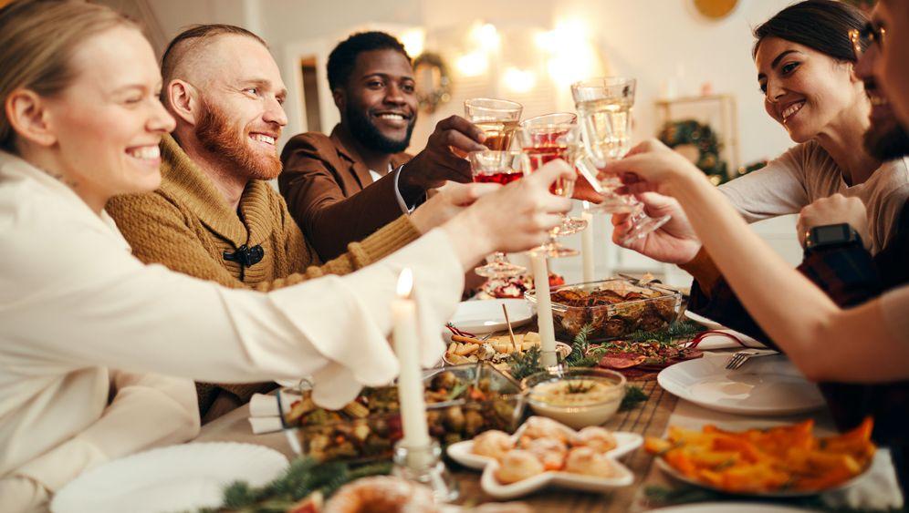 Gelegenheiten zum Anstoßen gibt's im Dezember genug: Doch gesund ist regelmäßiger Alkoholkonsum nicht