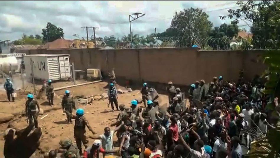 Ein Videoausschnitt zeigt die aufgebrachten Demonstranten und die Blauhelmsoldaten in Beni