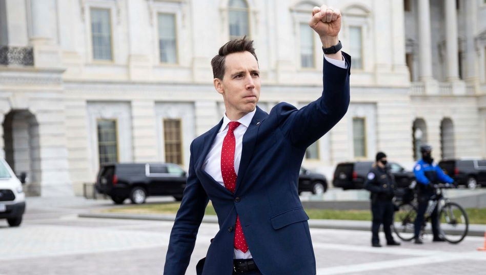 Der republikanische Senator für Missouri, Josh Hawley, grüßt am Mittwoch vor dem US-Kapitol dort versammelte Trump-Anhänger